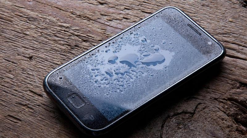 https: img.okeinfo.net content 2019 12 27 92 2146664 ponsel-terlanjur-kemasukan-air-saat-hujan-lakukan-5-hal-ini-zn2fieNrI9.jpg