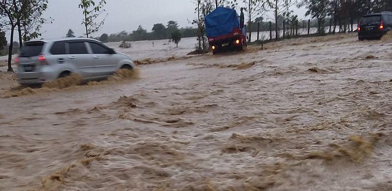https: img.okeinfo.net content 2019 12 31 525 2147949 tol-cipali-km-136-banjir-kendaraan-nekat-menerobos-CRqhGUJnoE.jpg