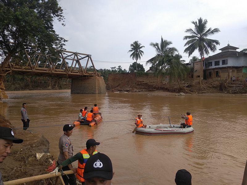 https: img.okeinfo.net content 2020 01 04 340 2149155 akibat-banjir-bandang-lebak-7-orang-ditemukan-tewas-dan-1-hilang-rEVjhwxMmE.jpg