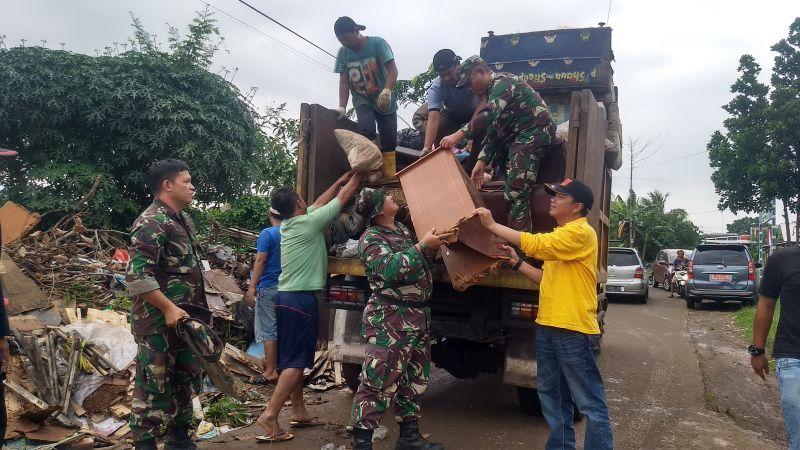 https: img.okeinfo.net content 2020 01 05 338 2149512 dua-ton-sampah-diangkut-dari-perumahan-terdampak-banjir-di-bekasi-Rsl9sA9hdx.jpg