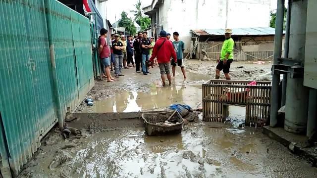 https: img.okeinfo.net content 2020 01 06 338 2149700 warga-bekasi-keluhkan-lumpur-sisa-banjir-bercampur-limbah-54NR88ymHh.jpg