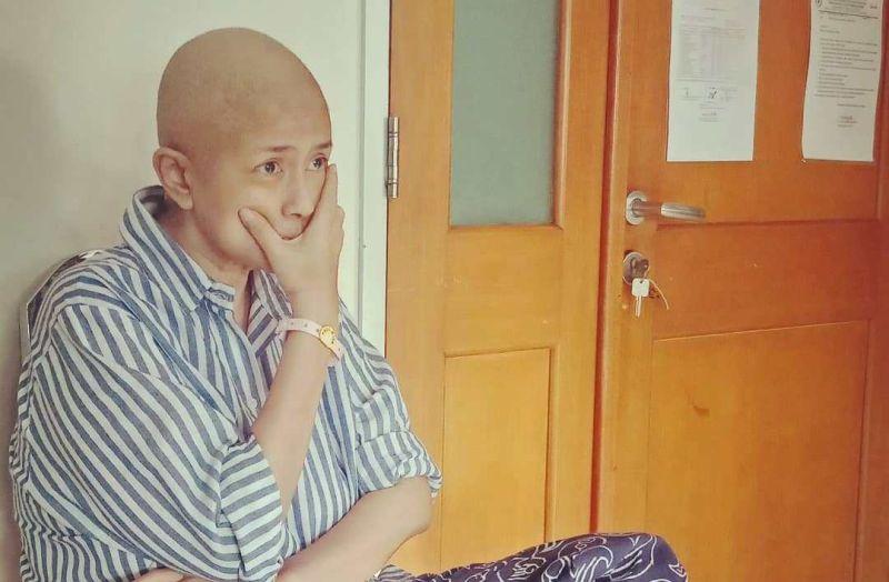 https: img.okeinfo.net content 2020 01 06 481 2149663 ria-irawan-meninggal-dunia-setelah-lawan-kanker-kelenjar-getah-bening-10-tahun-kenali-penyakitnya-8JWmSbDKLz.jpg