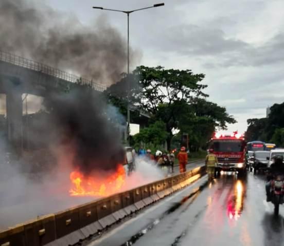 https: img.okeinfo.net content 2020 01 10 338 2151323 mobil-terbakar-di-depan-uki-cawang-lalu-lintas-tersendat-MI66Pntxxu.jpg
