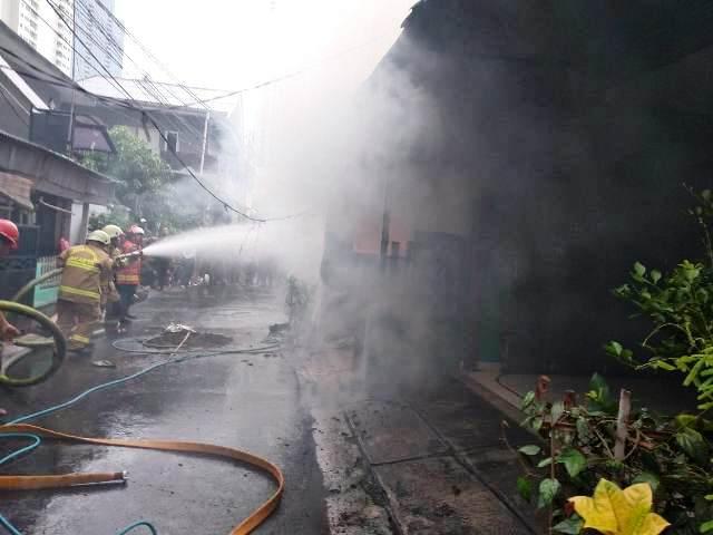 https: img.okeinfo.net content 2020 01 10 338 2151332 kebakaran-rumah-di-setiabudi-jaksel-10-mobil-damkar-dikerahkan-UqhDgh9OV0.jpg