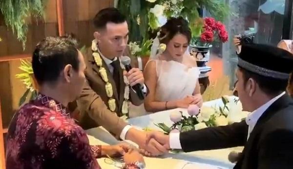 https: img.okeinfo.net content 2020 01 12 33 2152058 sah-marcell-darwin-dan-nabila-faisal-resmi-menikah-WWh42QVw2K.jpg
