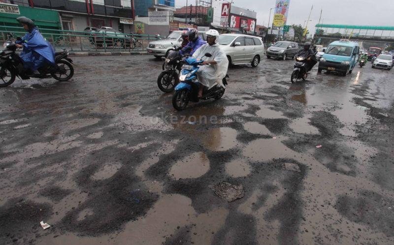 https: img.okeinfo.net content 2020 01 12 338 2152101 lebih-dari-sepekan-diguyur-hujan-sejumlah-jalan-di-jakarta-rusak-QEI5ltrF4T.jpg