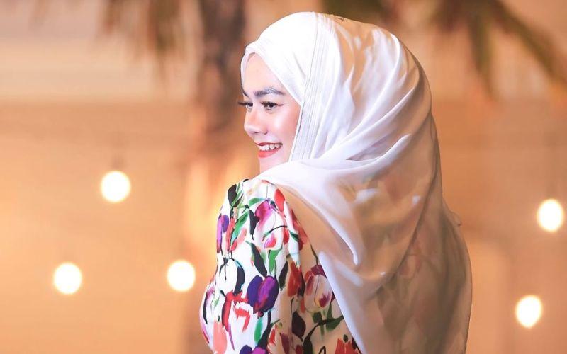 https: img.okeinfo.net content 2020 01 14 617 2152683 3-gaya-hijab-sarita-abdul-mukti-yang-memesona-DKdEXGvPv0.jpg