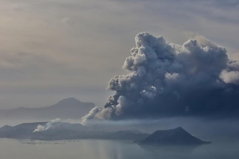 https: img.okeinfo.net content 2020 01 15 18 2153042 erupsi-gunung-berapi-taal-84-wni-dievakuasi-ke-kbri-manila-B0HAiLIx6X.jpg