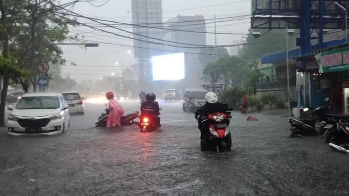 https: img.okeinfo.net content 2020 01 15 519 2153443 sejumlah-wilayah-di-surabaya-kebanjiran-usai-2-jam-diguyur-hujan-xQGq7zkk6t.jpg