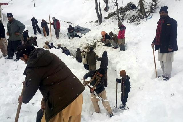 https: img.okeinfo.net content 2020 01 16 18 2153476 korban-tewas-akibat-salju-longsor-di-kashmir-bertambah-jadi-100-orang-t24enz4oBc.jpg