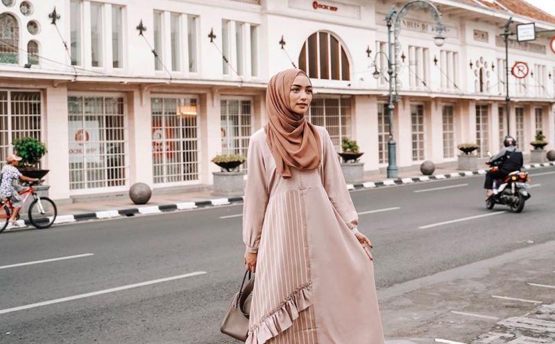 https: img.okeinfo.net content 2020 01 17 617 2154212 3-gaya-hijab-citra-kirana-modis-dan-elegan-2aQsPZKVWH.jpg