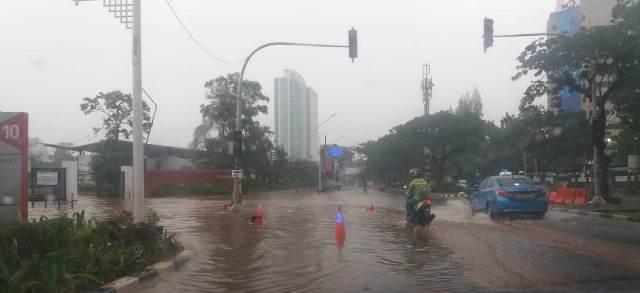 https: img.okeinfo.net content 2020 01 18 338 2154634 pagi-ini-jalanan-di-jakpus-tergenang-akibat-diguyur-hujan-deras-7mqRQVQW5a.jpg