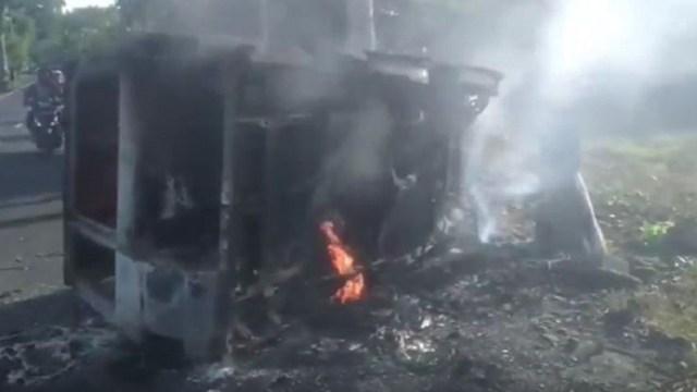https: img.okeinfo.net content 2020 01 21 525 2155885 kronologi-mobil-terbakar-di-pangandaran-sebabkan-satu-orang-tewas-eKklzGb8hM.jpg