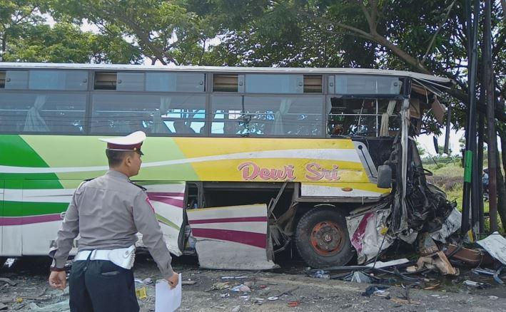 https: img.okeinfo.net content 2020 01 21 525 2156010 truk-tangki-tabrak-bus-dewi-sri-di-pantura-sejumlah-orang-luka-luka-xATRd5FKj7.JPG