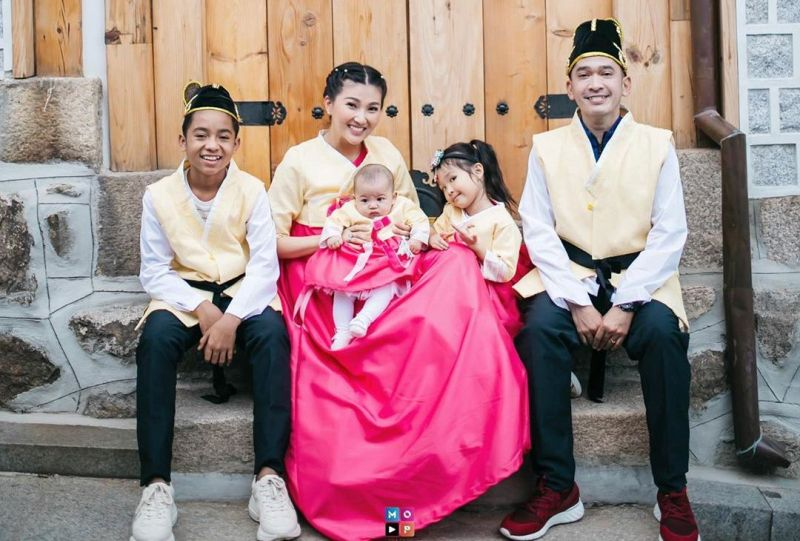 https: img.okeinfo.net content 2020 01 25 33 2158141 tradisi-imlek-ruben-onsu-dan-sarwendah-pakai-baju-kembar-sekeluarga-rWpF8C5eSl.jpg