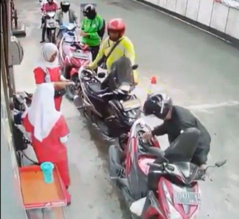 https: img.okeinfo.net content 2020 02 08 53 2165327 reaksi-bikers-habis-isi-bensin-bikin-ngakak-pengendara-lain-DmWMxNyYEi.jpg