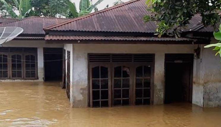 https: img.okeinfo.net content 2020 02 09 608 2165622 2-desa-di-mandailing-natal-dilanda-banjir-warga-terpaksa-mengungsi-TRRjFPdyL4.JPG