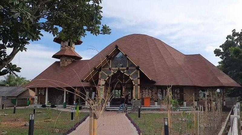 https: img.okeinfo.net content 2020 02 14 614 2168466 masjid-saka-buana-masjid-bambu-yang-diklaim-terbesar-di-indonesia-rkrr407E1Y.jpg