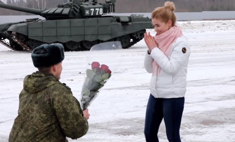 https: img.okeinfo.net content 2020 02 16 612 2169363 aksi-romantis-perwira-angkatan-lamar-kekasihnya-dengan-tank-militer-AgmZwPBrSk.jpg