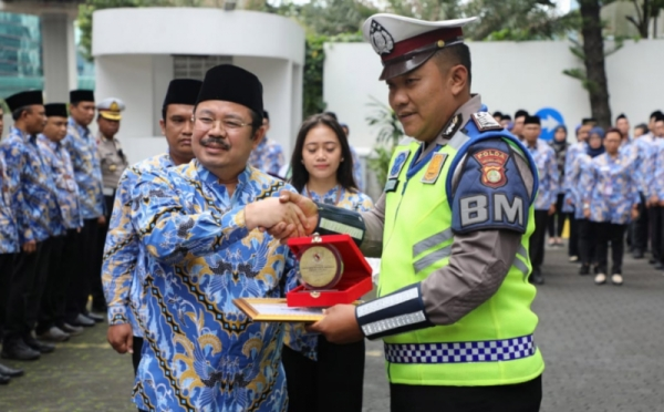 https: img.okeinfo.net content 2020 02 17 338 2169553 polisi-gendong-penumpang-transjakarta-diganjar-penghargaan-dari-ombudsman-zy9vb6vzkL.jpg