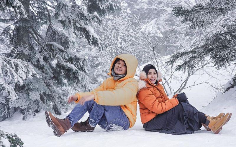 https: img.okeinfo.net content 2020 02 17 406 2169636 anisa-rahma-main-salju-di-jepang-bareng-suami-mesranya-bikin-iri-tOnG1CveTR.jpg