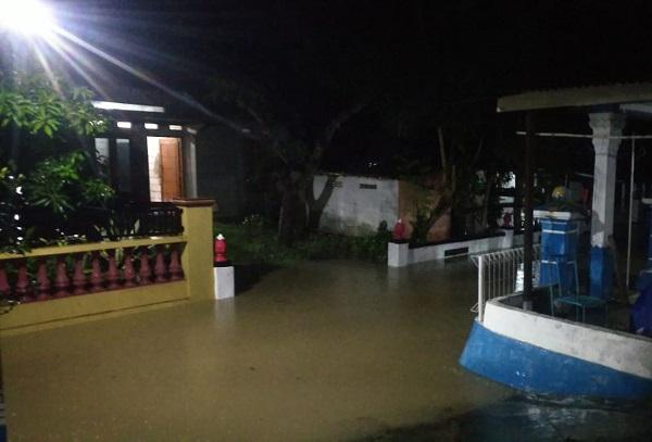 https: img.okeinfo.net content 2020 02 17 512 2169976 117-rumah-di-wonogiri-kebanjiran-penghuninya-diungsikan-Ggwdzp6NwW.jpg