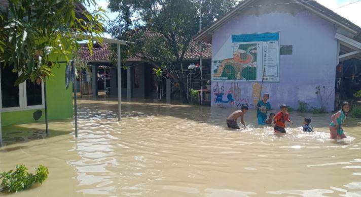 https: img.okeinfo.net content 2020 02 17 525 2169556 banjir-cirebon-disebabkan-luapan-sungai-cijangkelok-akibat-tanggul-jebol-fLrUHvuuo3.JPG
