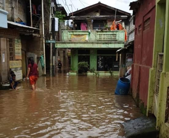 https: img.okeinfo.net content 2020 02 23 338 2172909 banjir-rendam-perumahan-pulomas-warga-mengungsi-561lXlE7Pa.jpg