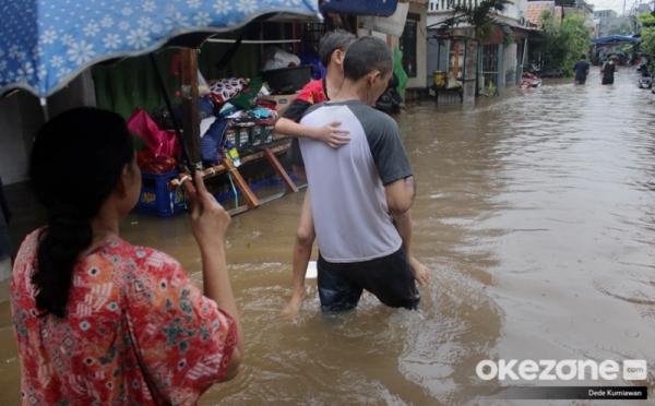 https: img.okeinfo.net content 2020 02 23 338 2172958 hingga-malam-ini-98-rw-di-jakarta-masih-terendam-banjir-cB10ipORud.jpg