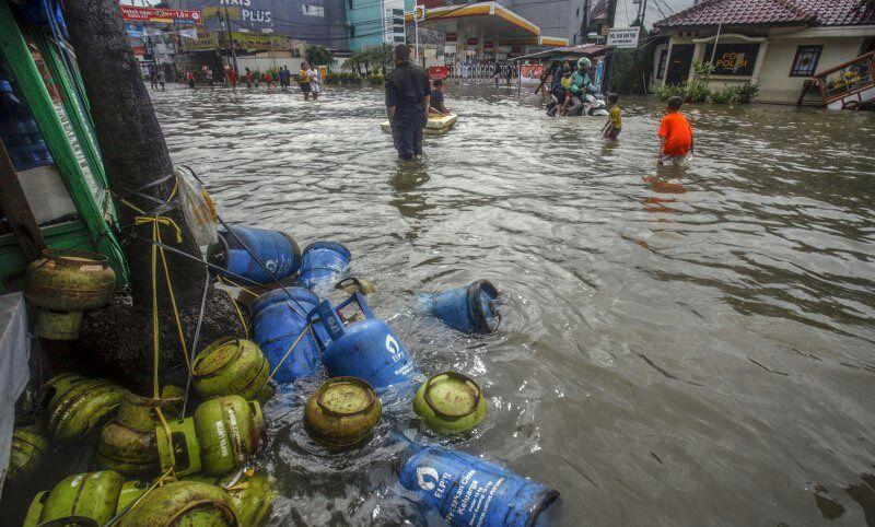 https: img.okeinfo.net content 2020 02 26 338 2174640 bpbd-kota-bekasi-catat-4-warga-tewas-akibat-banjir-dan-longsor-pDffWAZRbC.jpg