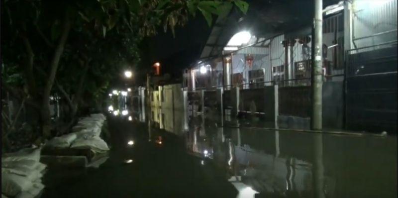 https: img.okeinfo.net content 2020 02 28 338 2175643 permukiman-warga-di-periuk-tangerang-banjir-pengungsi-butuh-makanan-WMMVdNMsRq.jpg