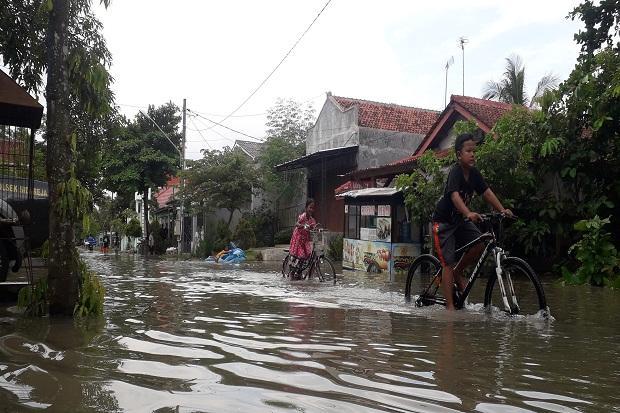 https: img.okeinfo.net content 2020 02 28 512 2175670 banjir-setinggi-1-meter-rendam-ribuan-rumah-8-desa-di-cilacap-cdhiCTUVyq.jpg