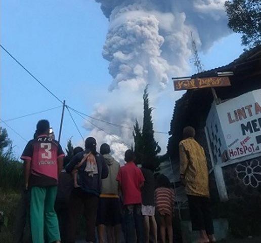 https: img.okeinfo.net content 2020 03 03 512 2177428 warga-klaten-nonton-bareng-ketika-terjadi-erupsi-gunung-merapi-vzc41Y0yt4.jpg
