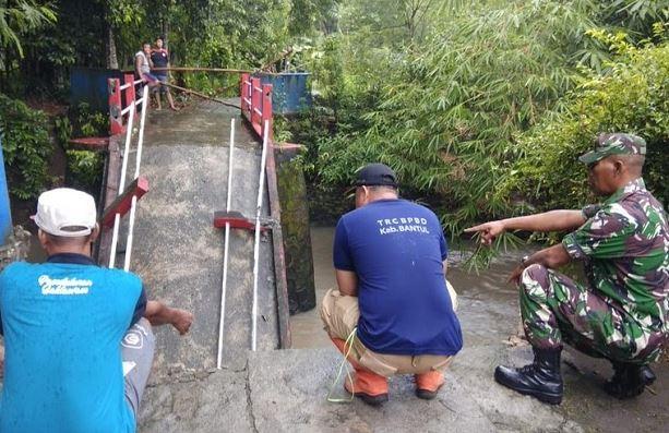 https: img.okeinfo.net content 2020 03 09 510 2180413 jembatan-di-bantul-ambruk-warga-terpaksa-memutar-1-kilometer-RsF7QmzfsJ.JPG