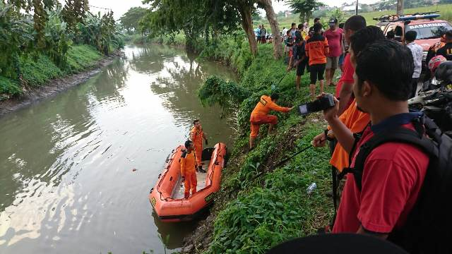 https: img.okeinfo.net content 2020 03 11 519 2181849 petugas-kesulitan-cari-jasad-pelajar-yang-dibuang-pelaku-begal-ke-sungai-O25oGHv5ac.jpg