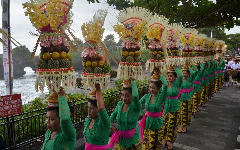 https: img.okeinfo.net content 2020 03 14 406 2183331 indonesia-waspada-virus-korona-covid-19-festival-tanah-lot-bali-tetap-berlangsung-aiJ1rNgx4V.jpg