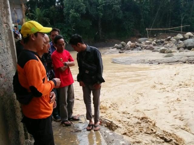 https: img.okeinfo.net content 2020 03 26 338 2189045 banjir-dan-longsor-kembali-terjang-desa-sukajaya-bogor-cPDA3p90LO.jpg