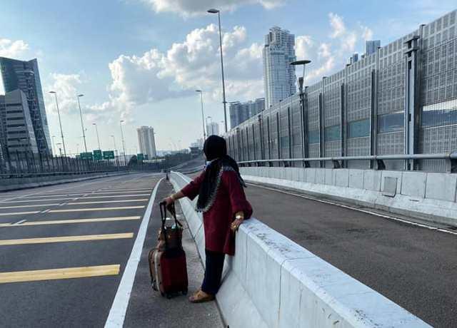 https: img.okeinfo.net content 2020 04 01 18 2192529 wanita-66-tahun-jalan-kaki-dari-johor-bahru-ke-singapura-dampak-lockdown-malaysia-mscjEQ4T8m.jpg