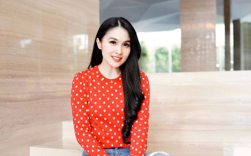 https: img.okeinfo.net content 2020 04 03 194 2193901 aura-cantik-sandra-dewi-kian-terpancar-dengan-outfit-polkadot-W601xuVD4A.jpg