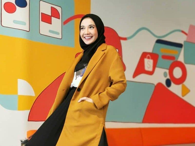 https: img.okeinfo.net content 2020 04 03 617 2193390 ootd-hijab-cerah-ala-zaskia-sungkar-agar-wfh-tetap-stylish-UmV44qEsfR.jpg