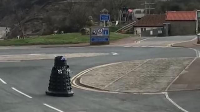 https: img.okeinfo.net content 2020 04 06 18 2195068 gemas-robot-dalek-patroli-minta-warga-isolasi-diri-MX592bRBMb.jpg