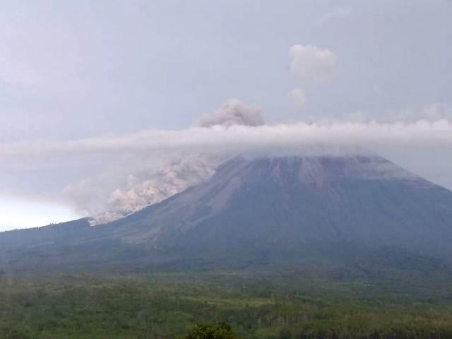https: img.okeinfo.net content 2020 04 17 519 2200702 gunung-semeru-keluarkan-awan-panas-setinggi-2-km-FAoF2e1BOF.jpeg