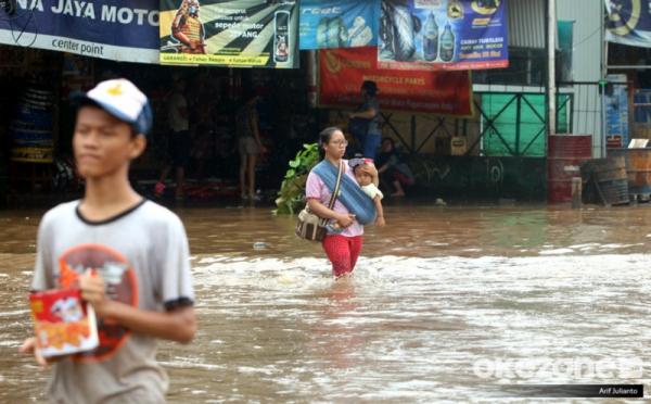 https: img.okeinfo.net content 2020 05 19 338 2216220 air-kiriman-dari-katulampa-banjiri-sejumlah-kelurahan-di-jakarta-timur-vliTQ0AcoP.jpg