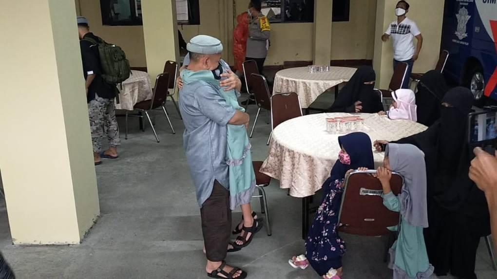 https: img.okeinfo.net content 2020 05 21 525 2217423 tangis-haru-warnai-pertemuan-3-eks-teroris-dengan-keluarganya-di-tasikmalaya-qAoSvQzv89.jpg