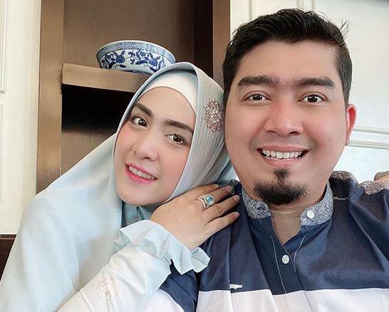https: img.okeinfo.net content 2020 05 22 614 2218199 ketika-april-jasmine-minta-ustadz-solmed-menikah-lagi-k964JBShZV.JPG