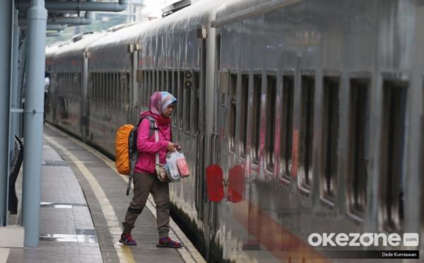 https: img.okeinfo.net content 2020 05 25 338 2219258 pt-kai-penumpang-dari-dan-tujuan-jakarta-wajib-bawa-sikm-cj76YYc4eV.jpg