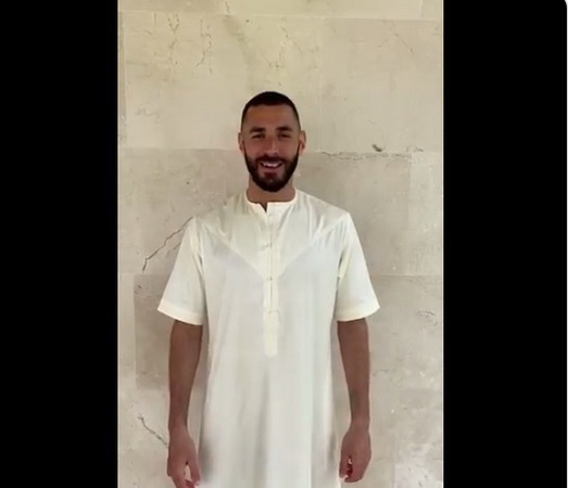 https: img.okeinfo.net content 2020 05 25 51 2219170 kenakan-baju-gamis-karim-benzema-ucapkan-selamat-idul-fitri-bu26pe1oSw.jpg