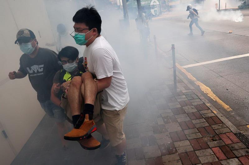 https: img.okeinfo.net content 2020 05 26 18 2219919 video-demonstran-hong-kong-pukuli-pengacara-jadi-sorotan-media-china-NvbSeqc6wu.jpg
