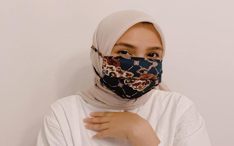 https: img.okeinfo.net content 2020 05 30 617 2222168 kreasi-elegan-padupadan-hijab-dan-masker-ala-ria-miranda-cYLjIFgpcH.jpg