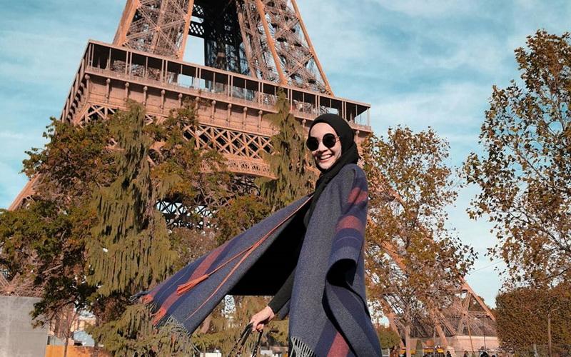 https: img.okeinfo.net content 2020 05 30 617 2222189 5-inspirasi-fashion-hijab-serba-hitam-ala-zaskia-sungkar-OUc9XDhG22.jpg